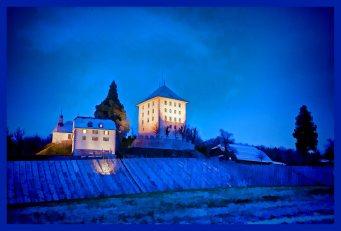 Schloss Heidegg zwischen Gelfingen und Sulz in der Abenddämmerung (blaue Stunde) leicht eingeschneit