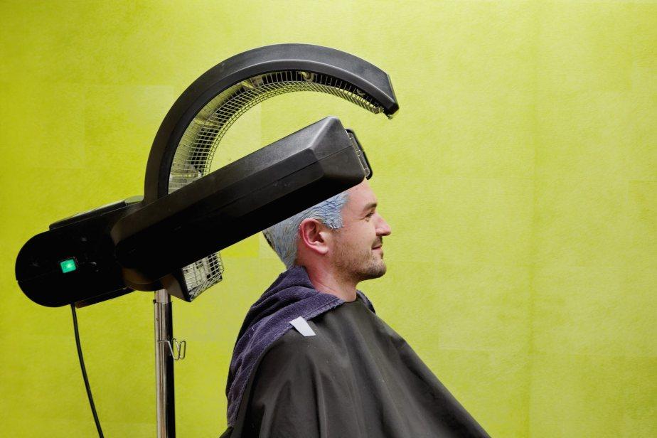 Fabian Notter aus Haemikon/Hitzkirch laesst sich von seiner Schwester Vanessa Notter die Haare fuer die bevorstehende Fasnacht grau einfaerben