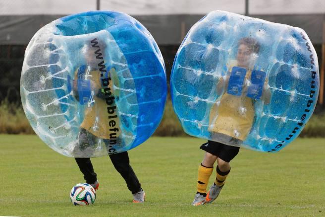 Zweikampf JuniorInnen am 2. Bubble Fussball Turnier des FC Hitzkirch auf dem Sportplatz Hegler Hitzkirch.