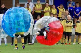 Rückstoss durch Aufprallenergie: Zweikampf JuniorInnen am 2. Bubble Fussball Turnier des FC Hitzkirch auf dem Sportplatz Hegler Hitzkirch.