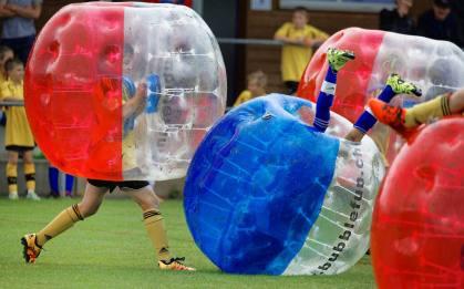 Kopfball: Zweikampf JuniorInnen am 2. Bubble Fussball Turnier des FC Hitzkirch auf dem Sportplatz Hegler Hitzkirch.