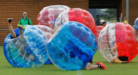 Umwerfender Fussball: JuniorInnen am 2. Bubble Fussball Turnier des FC Hitzkirch auf dem Sportplatz Hegler Hitzkirch.