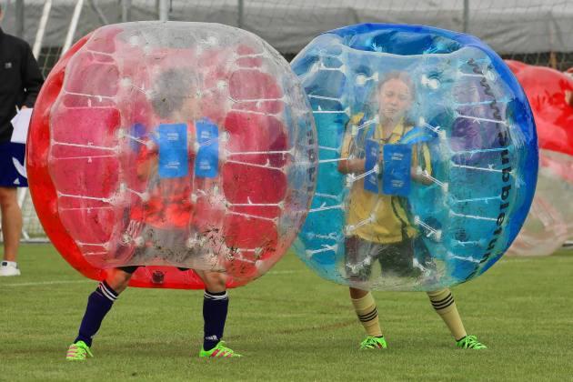 Elia im Zweikampf mit einer gegnerischen Juniorin am 2. Bubble Fussball Turnier des FC Hitzkirch auf dem Sportplatz Hegler Hitzkirch.