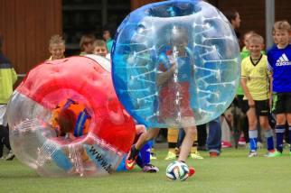 Sichtbare Aufprallenergie: Zweikampf JuniorInnen am 2. Bubble Fussball Turnier des FC Hitzkirch auf dem Sportplatz Hegler Hitzkirch.