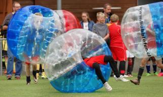 Fussball im Liegen: Zweikampf JuniorInnen am 2. Bubble Fussball Turnier des FC Hitzkirch auf dem Sportplatz Hegler Hitzkirch.