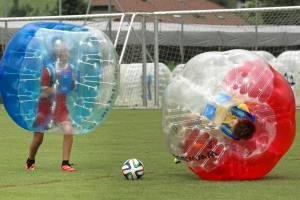 Relativitätstheorie auf dem Fussballplatz: Zweikampf JuniorInnen am 2. Bubble Fussball Turnier des FC Hitzkirch auf dem Sportplatz Hegler Hitzkirch.
