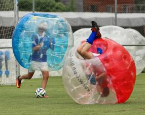 Relativitätstheorie auf dem Fussballplatz: Kopfball JuniorInnen am 2. Bubble Fussball Turnier des FC Hitzkirch auf dem Sportplatz Hegler Hitzkirch.