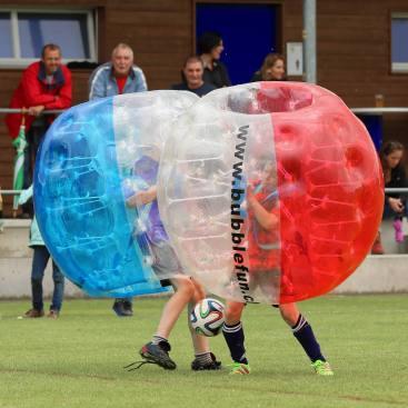"""Harter Zweikampf: Elia, der """"Ruud Gullit"""" von Sulz/LU am 2. Bubble Fussball Turnier des FC Hitzkirch auf dem Sportplatz Hegler Hitzkirch."""