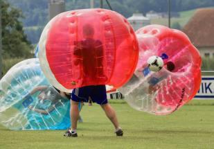 Relativitätstheorie auf dem Fussballplatz: Dreikampf am 2. Bubble Fussball Turnier des FC Hitzkirch auf dem Sportplatz Hegler Hitzkirch.