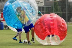 Relativitätstheorie auf dem Fussballplatz: Zweikampf am 2. Bubble Fussball Turnier des FC Hitzkirch auf dem Sportplatz Hegler Hitzkirch.