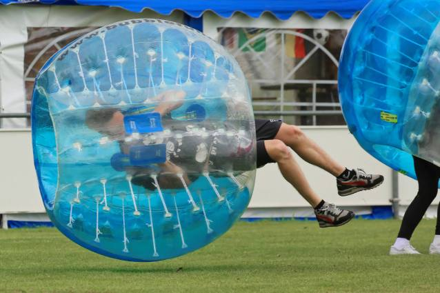 Schwebeball am 2. Bubble Fussball Turnier des FC Hitzkirch auf dem Sportplatz Hegler Hitzkirch.