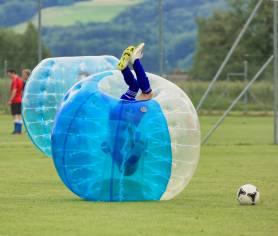 Relativitätstheorie auf dem Fussballplatz: Kopfball am 2. Bubble Fussball Turnier des FC Hitzkirch auf dem Sportplatz Hegler Hitzkirch.