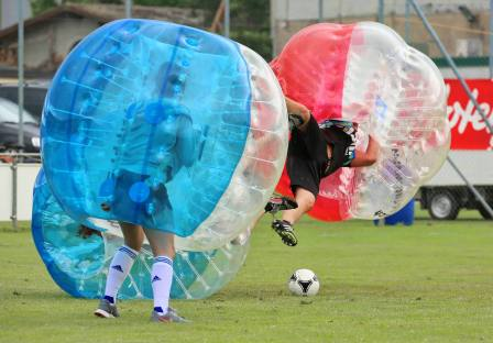 Aufprallenergie oder Landung eines Fallschirmspringers am 2. Bubble Fussball Turnier des FC Hitzkirch auf dem Sportplatz Hegler Hitzkirch?