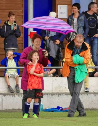 """Im Schutz der Eltern: Elia, der """"Ruud Gullit"""" von Sulz/LU am 2. Bubble Fussball Turnier des FC Hitzkirch auf dem Sportplatz Hegler Hitzkirch."""