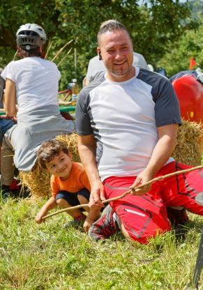 Servelatbraten im Feuerschutz von Papa (Photo by: www.studhalter.org)