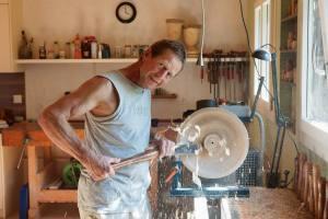 Vor Monaten hat Beat Häfiger eine Rohform gedrechselt und das Holzstück dann trocknen lassen. Nun entsteht aus dem Rohling eine filigrane Schale.