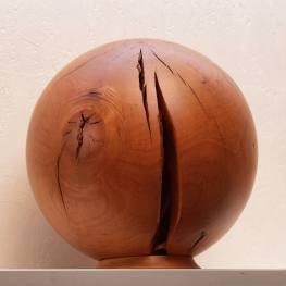 Holz lebt: Eine Kugel geformt aus einer Verästelung