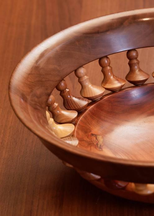 Die hohe Kunst der Drechslerei: Schale geformt aus 24 verschiedenen, asymetrisch gedrechselten Hölzern...