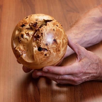Holz ist Leben: Kugel aus einem Baumknorpel