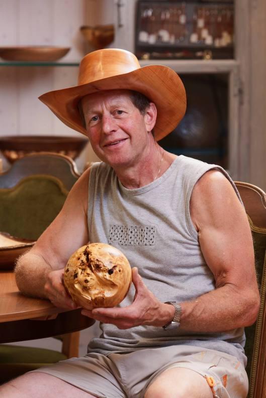 Häfliger Beat in seinem Showroom: sogar den Hut hat er selbst gedrechselt...