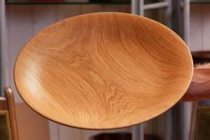 Wunderschön verästelte, filigrane Schale aus gebürstetem Eichenholz