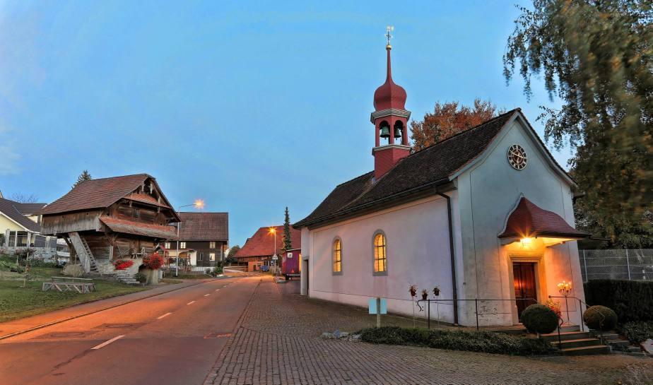 Die Kapelle St. Wendelin mitten im Dorf neben dem Spycher, dem Wahrzeichen von Lieli.