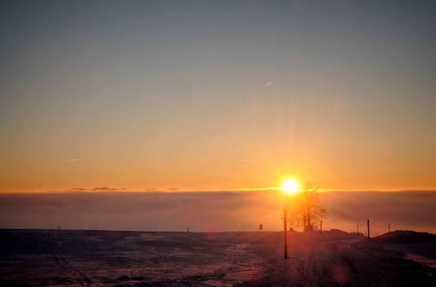 Farbenkreaeftiger Sonnenuntergang knapp ueber dem Nebelmeer (nach 1 ganzen Tag im dichten Nebel)! Spazieren mit Balou.