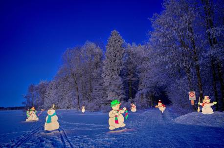 Pixelstickereien am Waldrand: Nach Sonnenuntergang tanzen die Schneemänner...