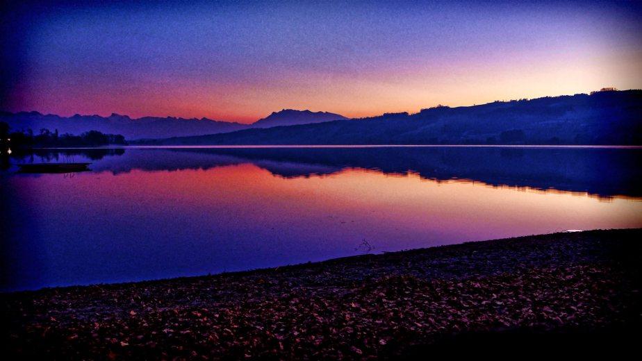 Winterlich-kalte Abendstimmung in der Badi Gelfingen am schönen Baldeggersee mit dem Pilatusmassiv im Hintergrund.