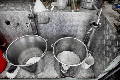 KLEINWANGEN/LU 12. MAI 2017 - SERIE SEHTAL.COM BLOG: Portrait Kurt Limacher, Dorfstr. 3b, 6280 Urswil startet den letzten Obstbrand des Jahres mit seiner mobilen Schnapsbrennerei vor dem Restaurant Linde in Kleinwangen. Fotos zu Projekt Sehtal (Luzerner Seetal). ths/Photo by: THOMI STUDHALTER, PHOTOS&MORE, www.studhalter.org