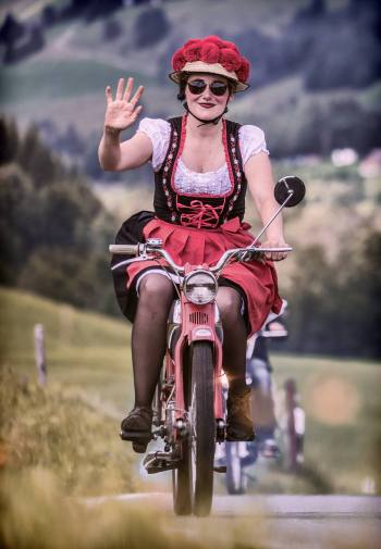 SARNEN - GLAUBENBERG - SCHUEPFHEIM - SOERENBERG - GLAUBENBIELEN - GISWIL 22. JULI 2017 - SERIE SEHTAL.COM BLOG: Ueber 1000 Toefflifahrer knatterten mit ihren Mofas am Alpenbrevet 110km ueber den Glaubenbergpass durchs Entlebuch nach Soerenberg und via Glaubenbielen-Pass, Giswil und Fluehli-Ranft zurueck nach Sarnen. ths/Photo by: THOMI STUDHALTER, PHOTOS&MORE, www.studhalter.org