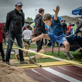 ESCHENBACH/LU, 10. SEPTEMBER 2017 - SERIE SEHTAL.COM BLOG: Impressionen Eidgen. Nationalturntage: Das Nationalturnen ist wie das Schwingen eine der wenigen Sportarten, die exklusiv nur in der Schweiz ausgeuebt werden. In der Koenigskategorie, der A-Klasse, wird ein Zehnkampf aus acht Disziplinen absolviert. Das sogenannte Vornotenprogramm besteht aus sechs Leichtathletikdisziplinen. Dazu gehoeren Schnelllauf, Weitsprung, Hochweitsprung, Freiuebung (Bodenturnen), Steinstossen und Steinheben. Fotos zu Projekt Sehtal (Luzerner Seetal). ths/Photo by: THOMI STUDHALTER, PHOTOS&MORE, www.studhalter.org