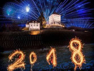 Vorgezogenes Neujahrsfeuerwerk über dem Schloss Heidegg...