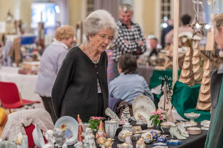 Im stimmungsvollen Ambiente des Festsaals Kloster Muri bieten Kuenstlerinnen und Kuenstler Advents- und Weihnachtsartikel an.