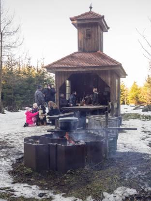 """Das ehemalige Sulzer """"Sprötzehüsli"""", verpflanzt auf den höchsten und kältesten Punkt des Sulzer Waldes"""