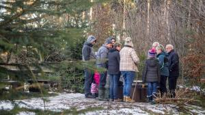 """Neujahrstreff der Korporation Sulz beim ehemaligen Sulzer """"Sprötzehüsli"""" (verpflanzt auf den höchsten und kältesten Punkt des Sulzer Waldes)."""