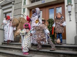 Schon die kleinsten Hallwiler üben sich in ihren Rollen als Spielchärtler, Schnäggehüsler, Tannnreesig oder Kamel.