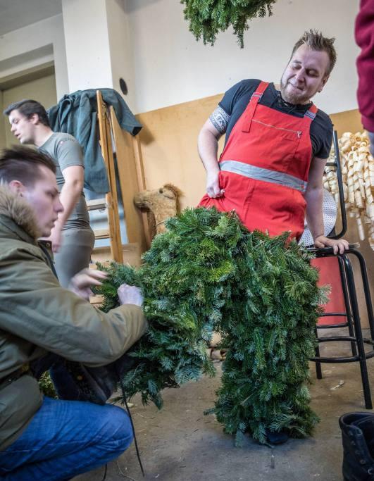 Tagelang arbeiten die Bärzeli-Buebe an ihren Kostümen - das Ankleiden funktioniert nur im Team