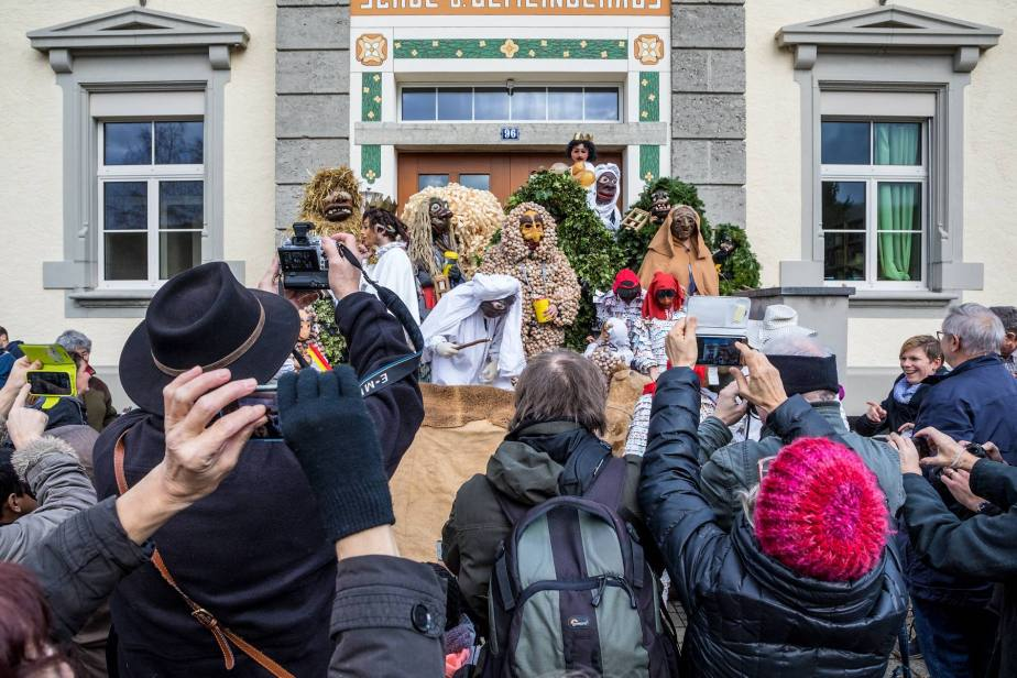 Brauchtum im Seetal: Bärzeli-Buebe am Berchtoldstag (Bärzelistag). 15 maskierte junge Mäenner hüllen sich am Nachmittag des Bärzeli-Tags (2. Januar) in ihre imposanten Kostüme.