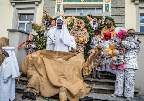 Bärzeli-Buebe: Gruppenbild mit Kamel auf der Schulhaustreppe