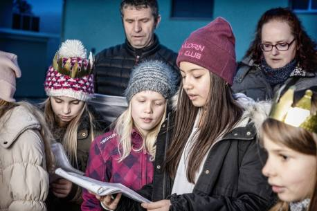 GELFINGEN/LU 06. JANUAR 2018 - SERIE SEHTAL.COM BLOG: Impressionen Sternsingen Gelfingen, Hausbesuche im Dorf. Fotos zu Projekt Sehtal (Luzerner Seetal). ths/Photo by: THOMI STUDHALTER, PHOTOS&MORE, www.studhalter.org