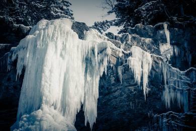 Eiskreationen an einem Wasserfall in Engelberg