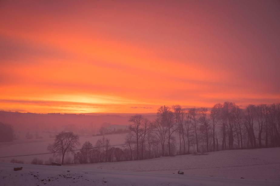 Wohlige Wärme in tiefster Kälte: Sonnenuntergang bei Hildisrieden