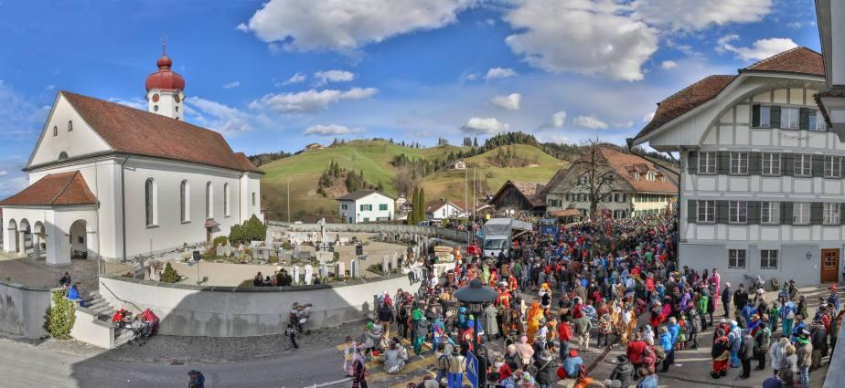3000 Besucher bevölkern den kleinen Dorfplatz Luthern zwischen der mächtigen Pfarrkirche und dem Restaurant Sonne. Rechts mitten im Gewühl die 27 Meter lange Tanne während der Versteigerung.